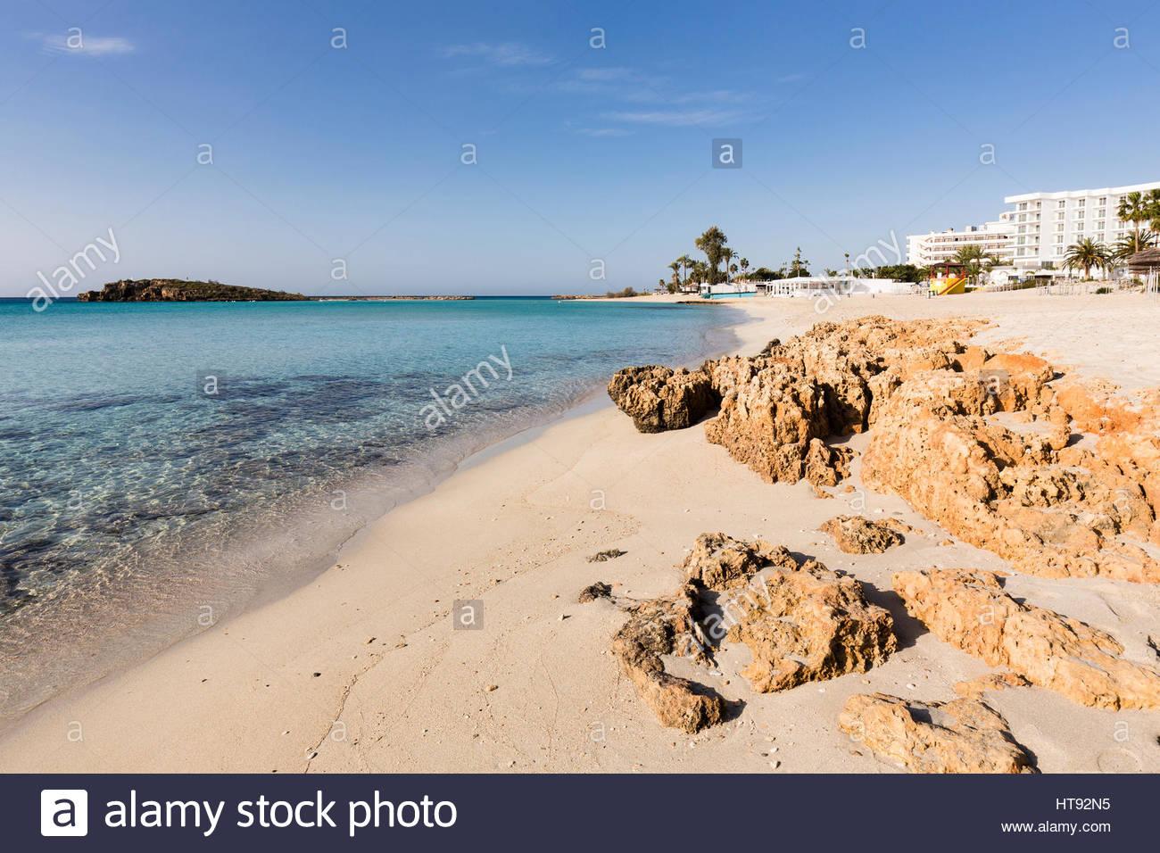 Mittelmeer mit Felsformationen am Nissi Beach im Nissi Beach Resort in Agia Napa in Zypern Stockbild