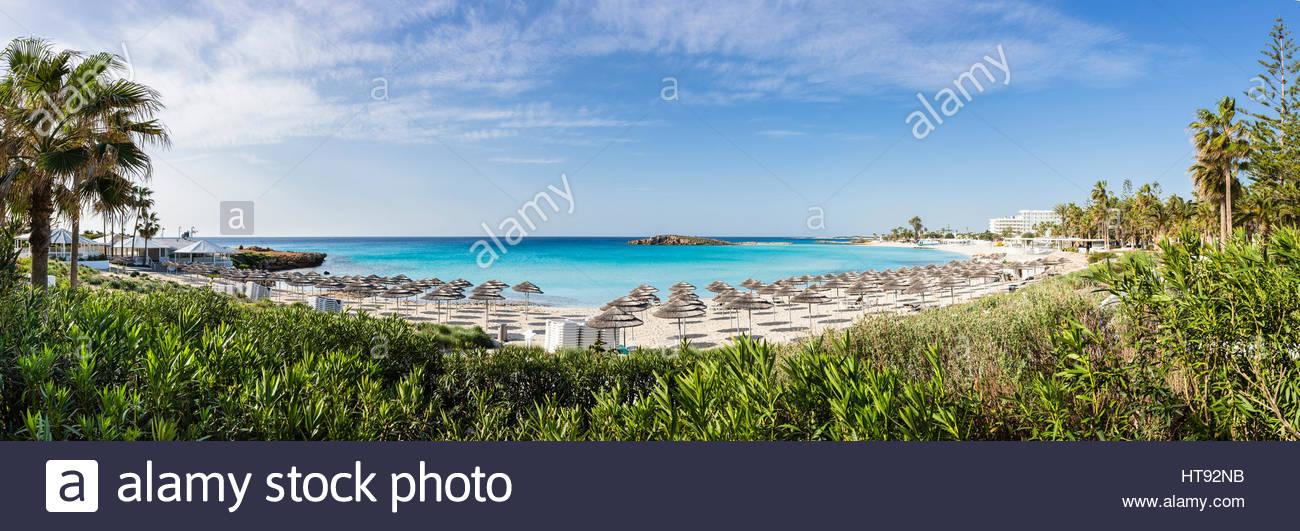 Malerische Aussicht von Nissi Strand mit Sonnenschirmen im Nissi Beach Resort in Agia Napa, Zypern Stockbild