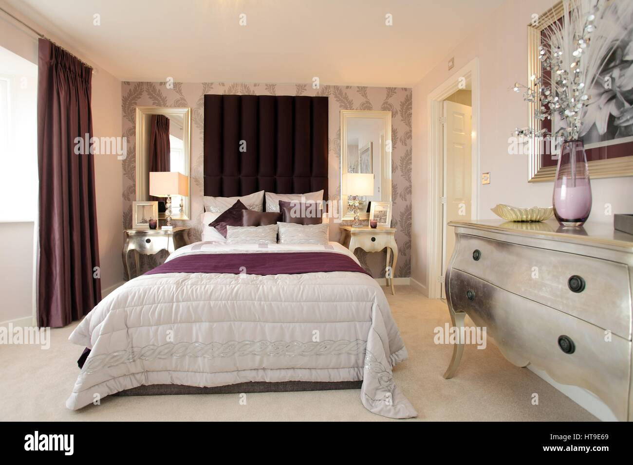 Wohngebäude, Schlafzimmer Dekoriert In Lila Und Creme Farben, Silberne  Nachttische, Frisierkommode, Gepolsterte Kopfteil, En Suite