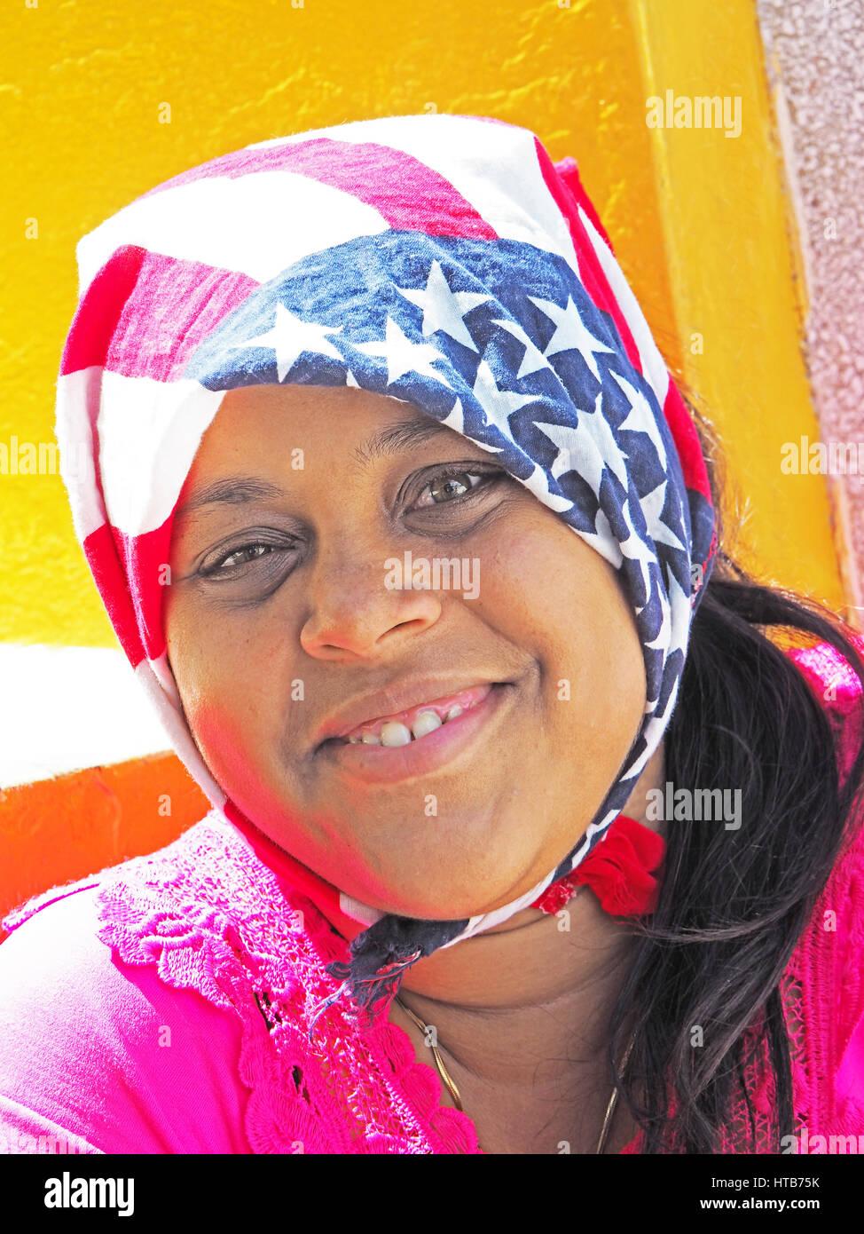 Junge Afro-kubanische Frau mit amerikanische Flagge Schal in Santiago De Cuba. Stockbild