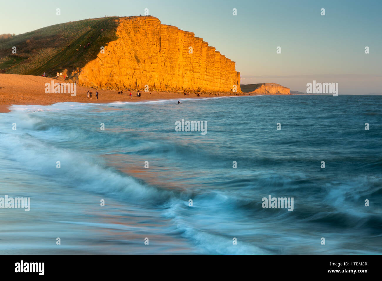 Der Strand unterhalb East Cliff, West Bay, Jurassic Coast, Dorset, England, UK Stockbild