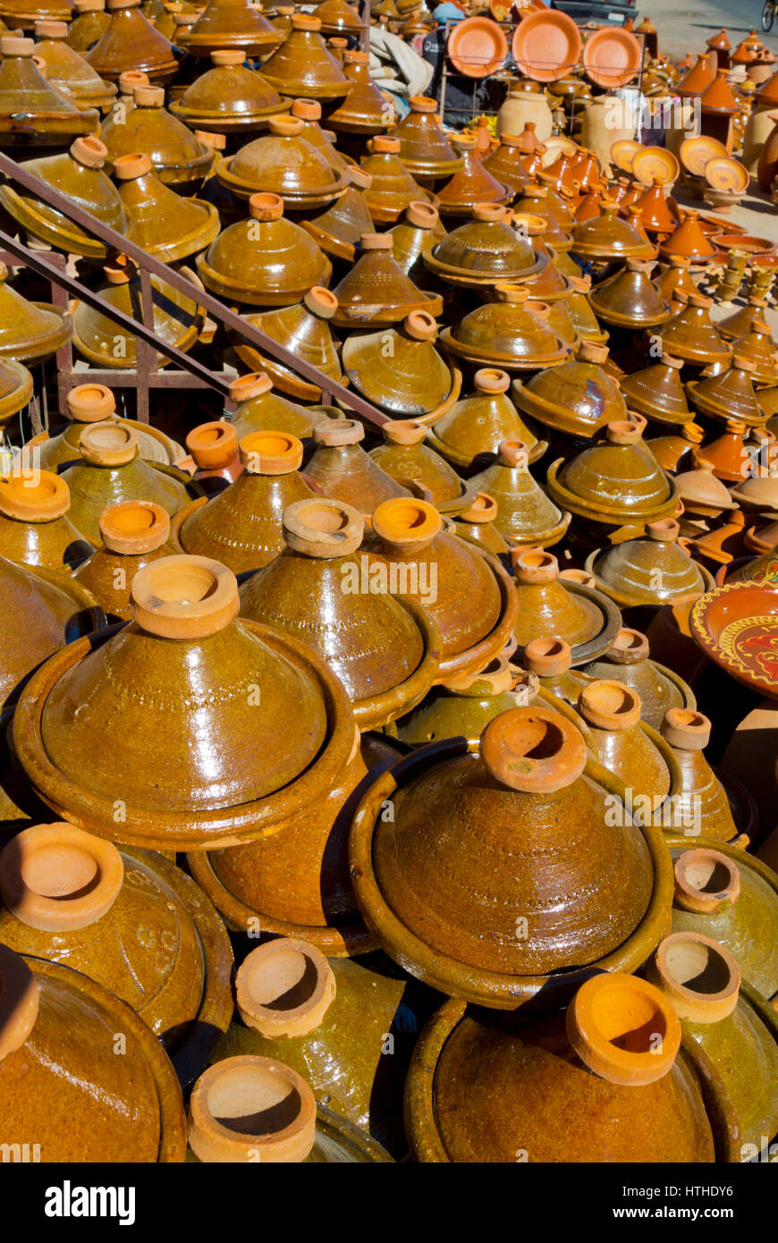 moroccan tagine pots stockfotos moroccan tagine pots bilder alamy. Black Bedroom Furniture Sets. Home Design Ideas