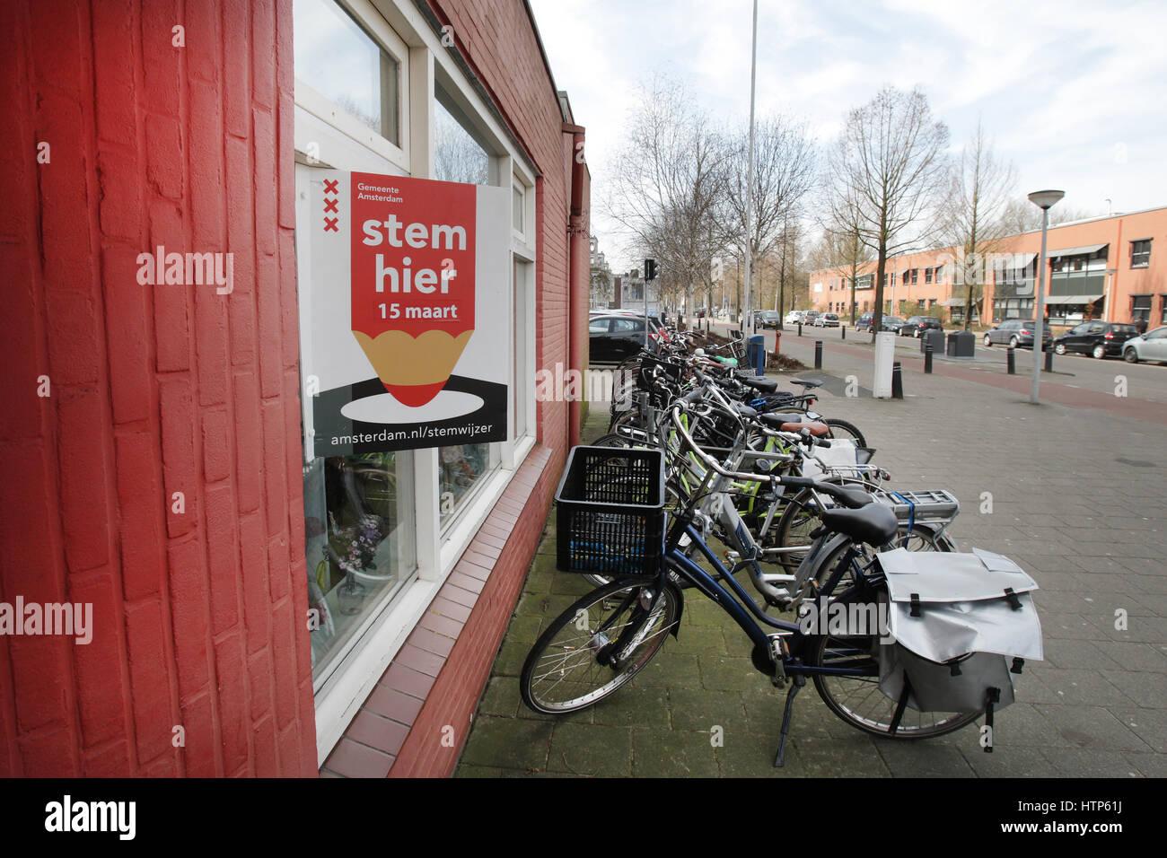 Amsterdam, Niederlande. 14. März 2017. Alltags - ein Plakat zeigt ein Wahllokal am 14. März 2017 in Nieuw Stockbild