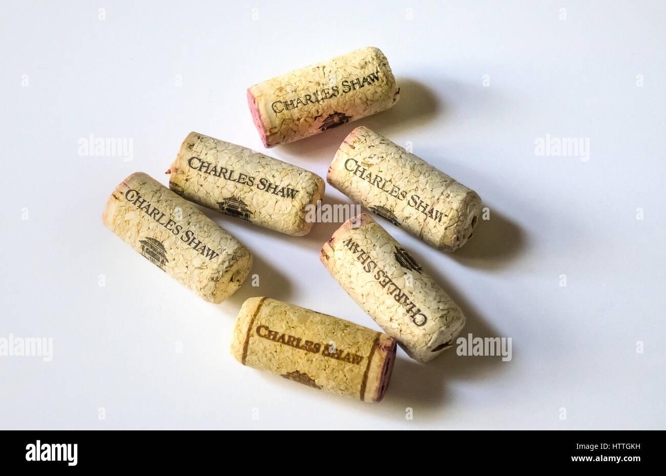 Ein halbes Dutzend Korken von Trader Joes preiswerte Charles Shaw $2,99 Wein Stockbild