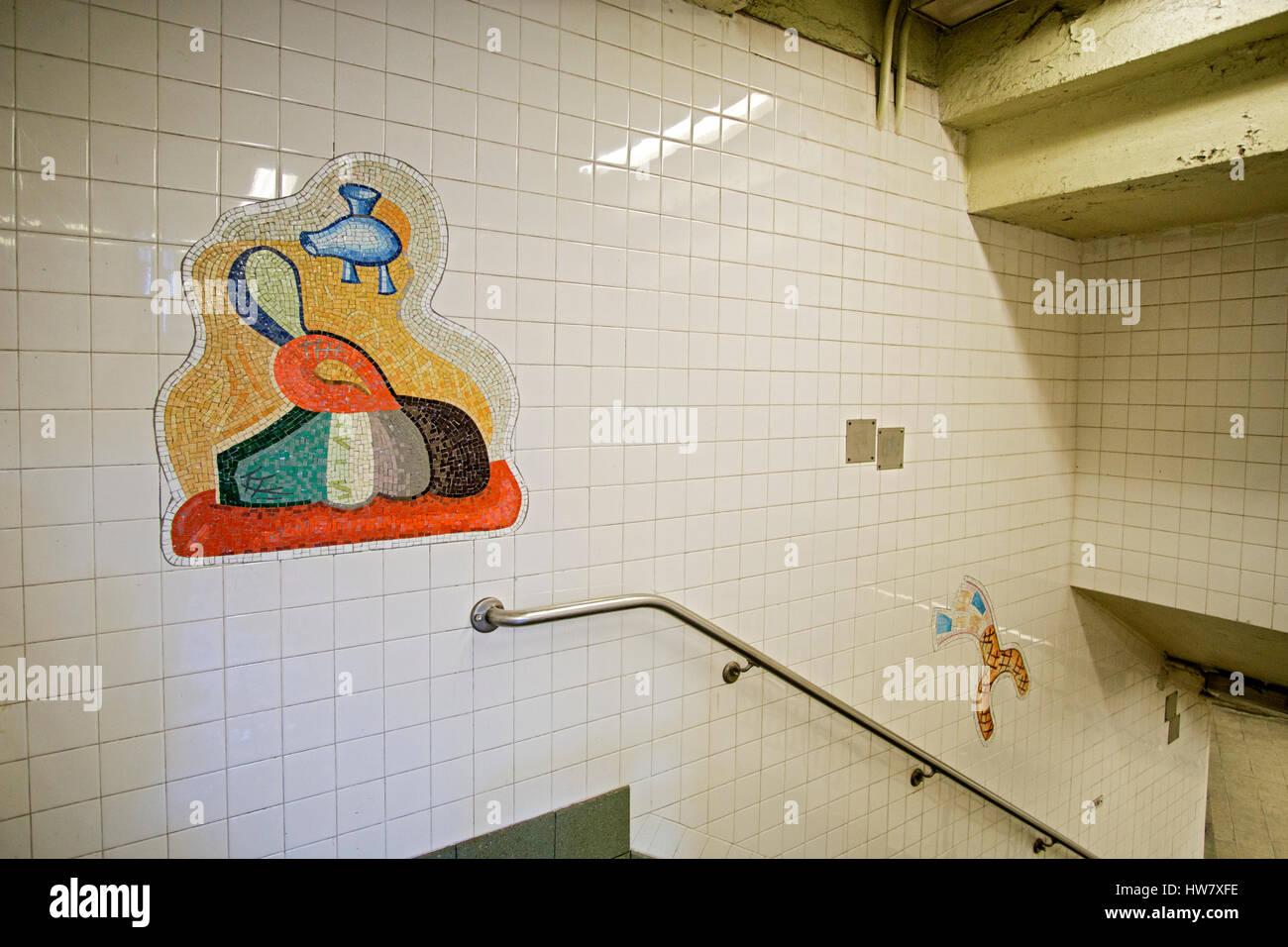 U-Bahn-Kunst am Eingang zur thef28th Street Station der N-Linie u-Bahn in The Herlad Square Abschnitt von Manhattan, Stockbild