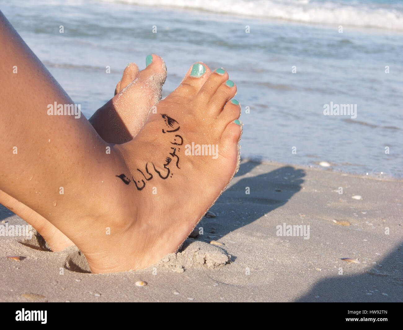 fu tattoo mit arabischem text am strand stockfoto bild 136038805 alamy. Black Bedroom Furniture Sets. Home Design Ideas