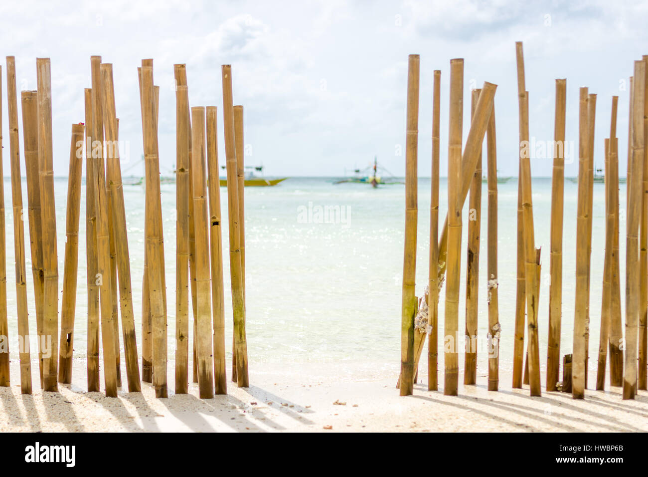 blick durch ein bambuszaun pol barriere in eine tropeninsel weißen