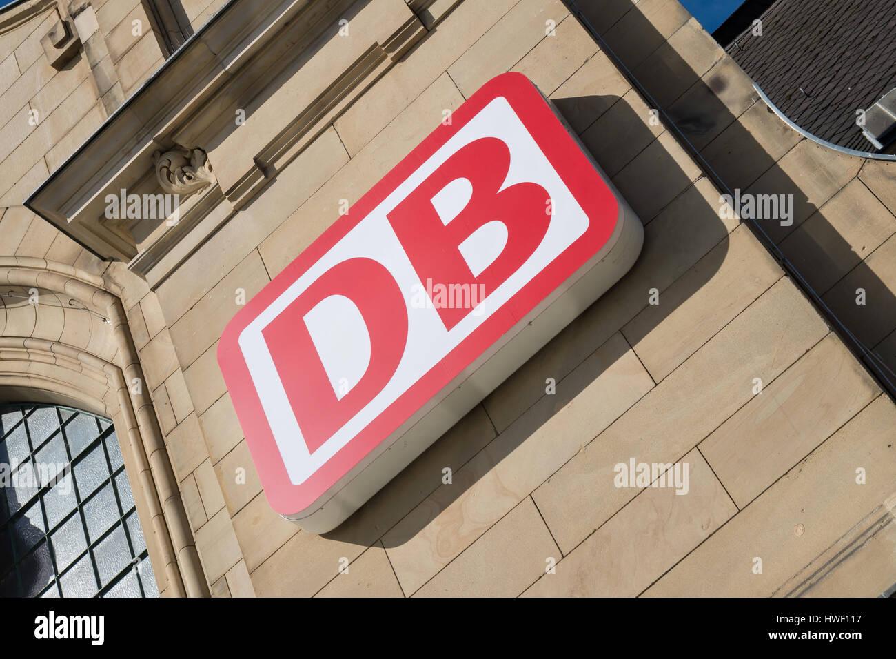 DB-Logo in Koblenz Hauptbahnhof (Hauptbahnhof). Deutsche Bahn AG ist die größte Eisenbahn-Betreiber und Stockbild