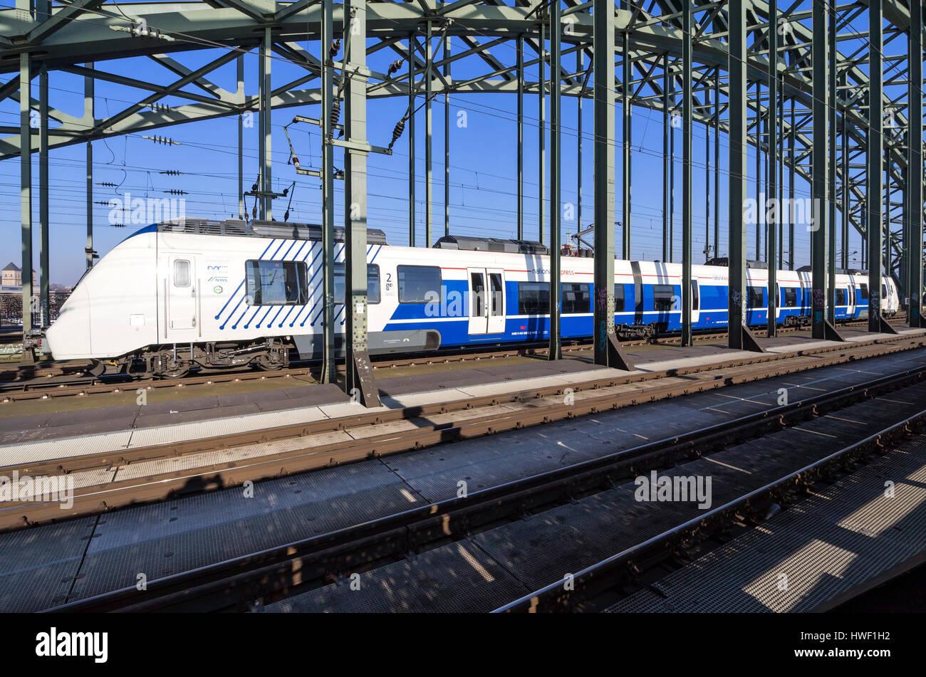 National Express Regionalzug an der Hohenzollern Brücke in Köln. Stockbild