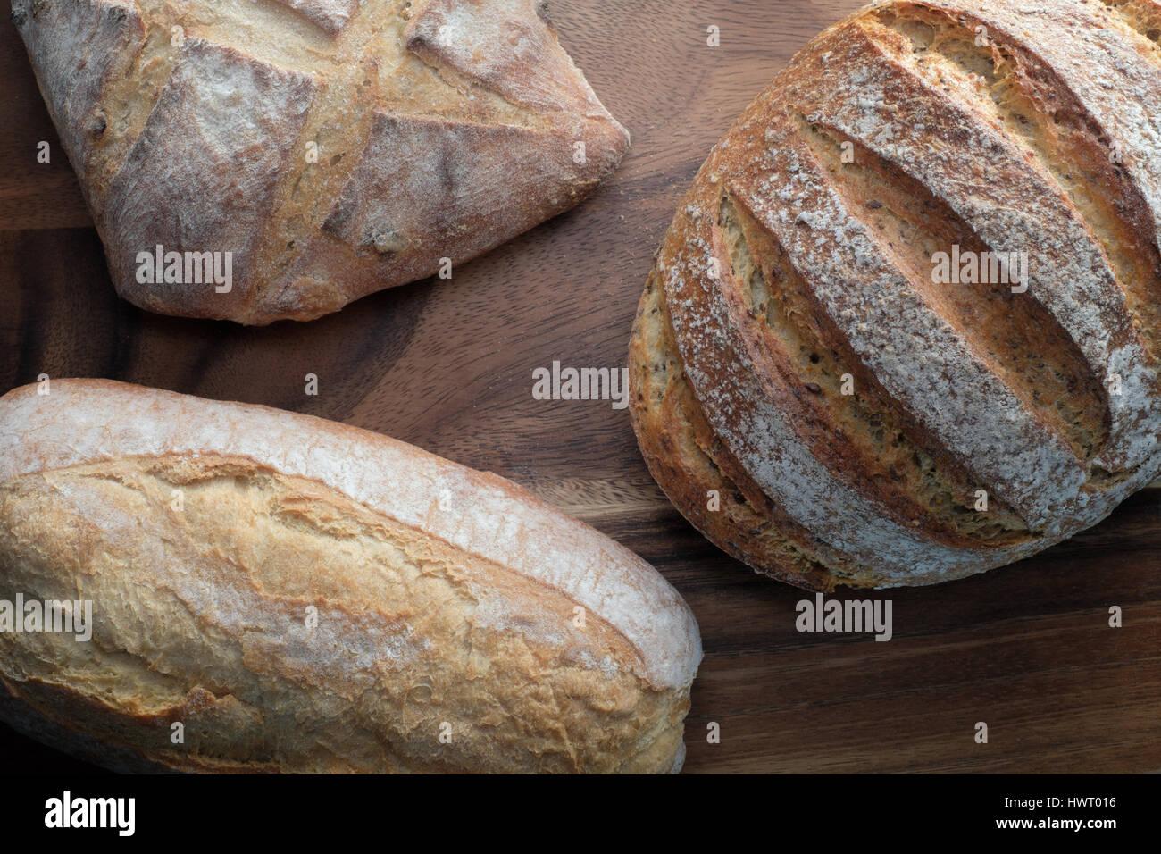 Drei traditionelle Laibe Brot - von oben Stockbild