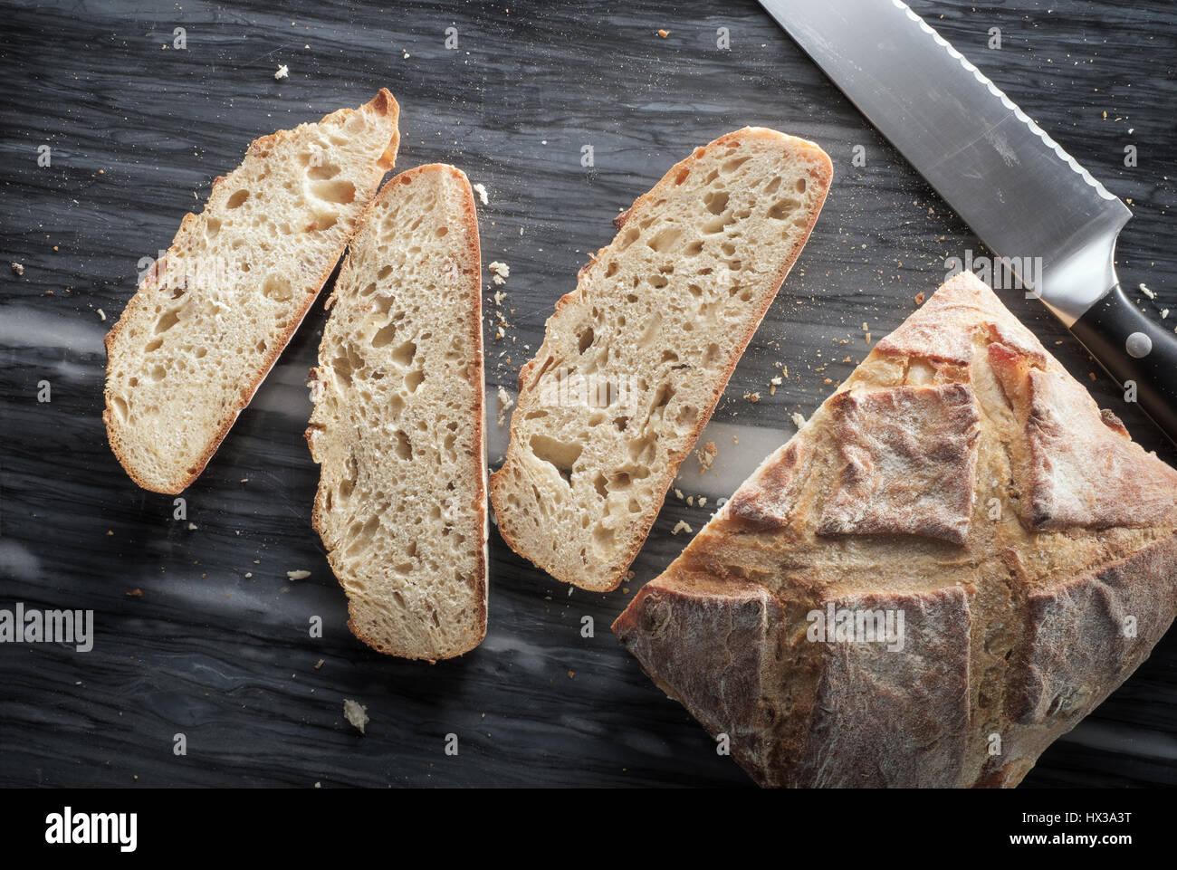 Artisan teilweise geschnitten Brot - von oben Stockbild