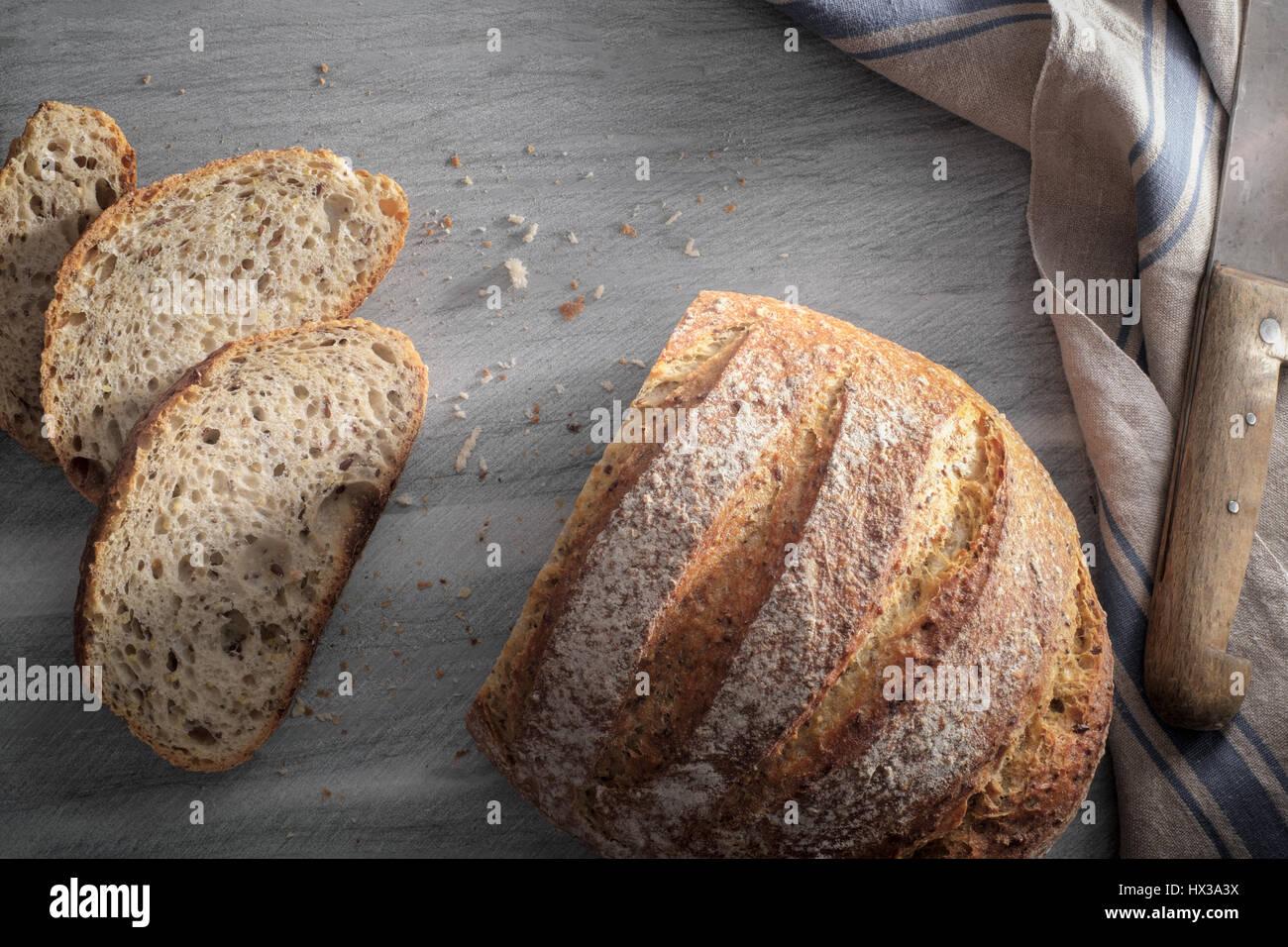 In Scheiben geschnittene Artisan Laib Brot - von oben Stockbild