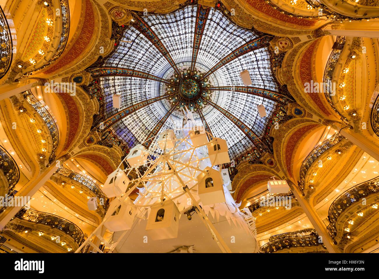 Galerien Lafayette Haussmann Interieur mit Glaskuppel zu Weihnachten. Paris, Frankreich Stockbild