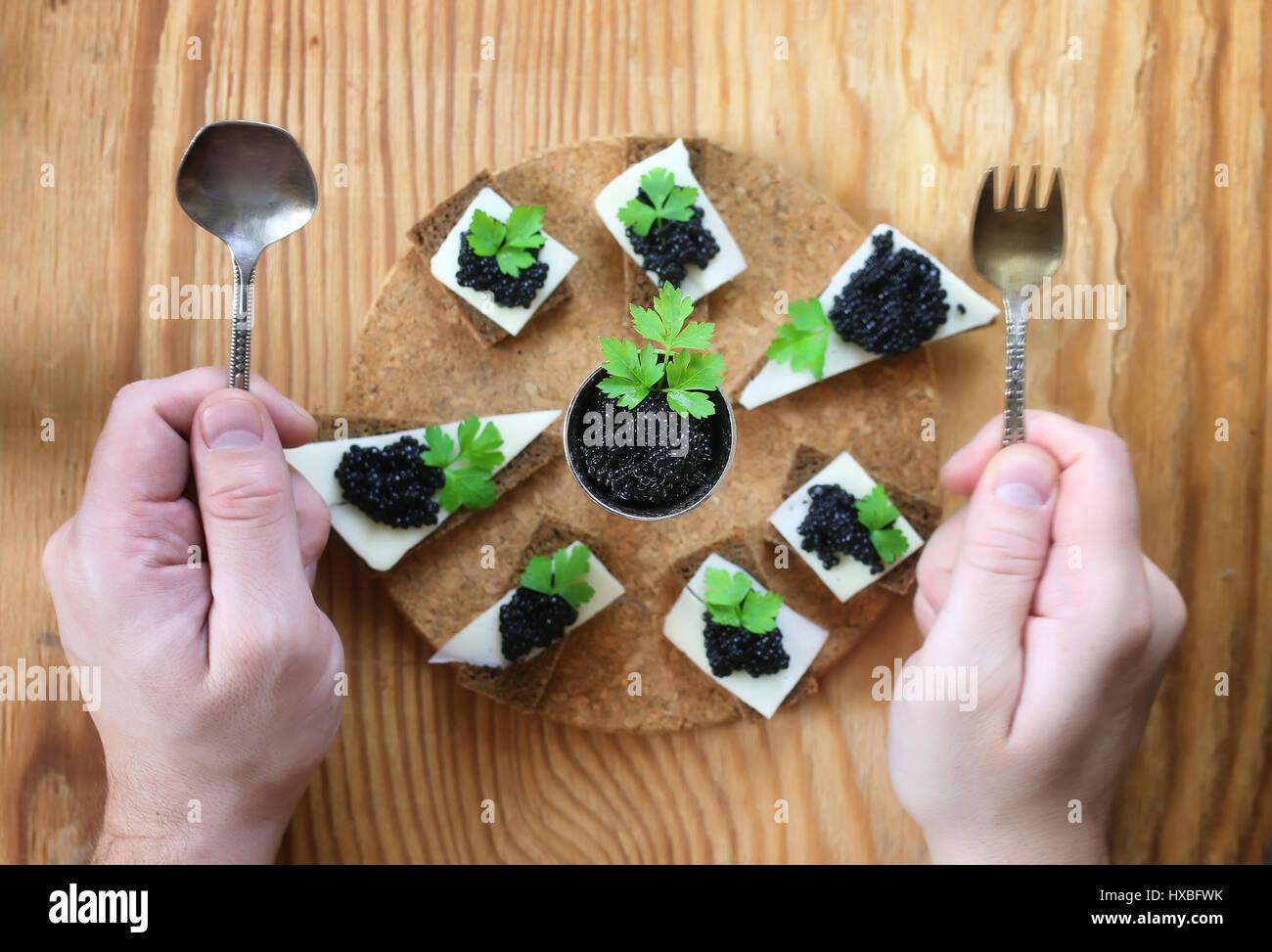Snack-schwarzen Kaviar auf einem hölzernen Hintergrund Stockbild