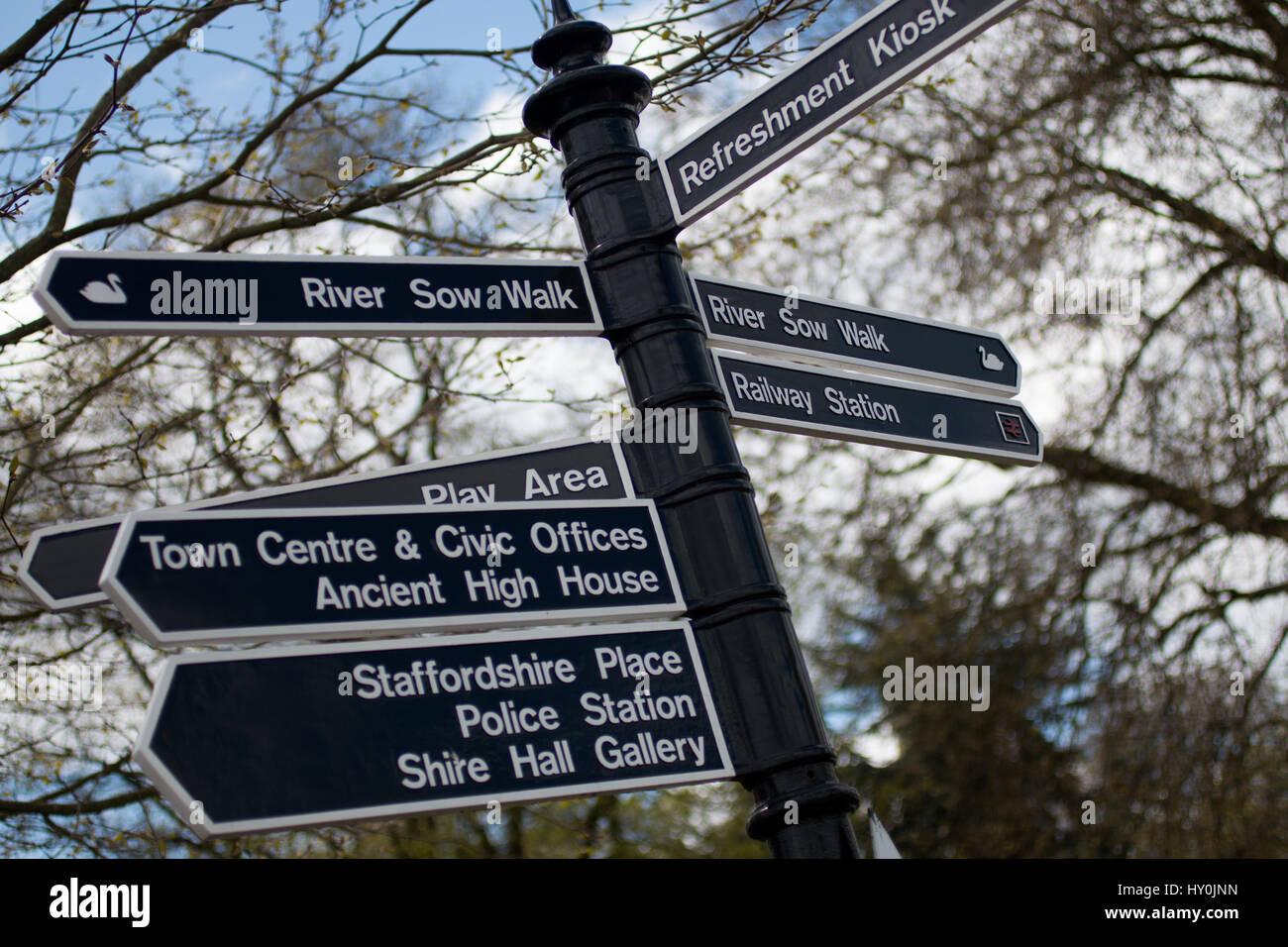 Farbbilder von Richtung Wegweiser in Staffords Victoria Park Stockbild