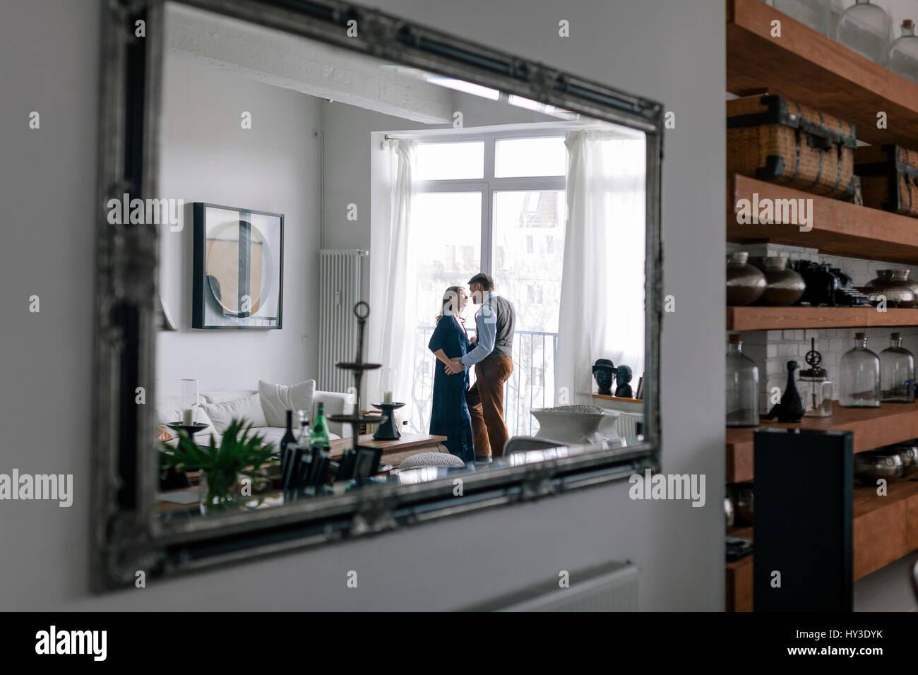 Deutschland, Paar in Spiegel Stockbild