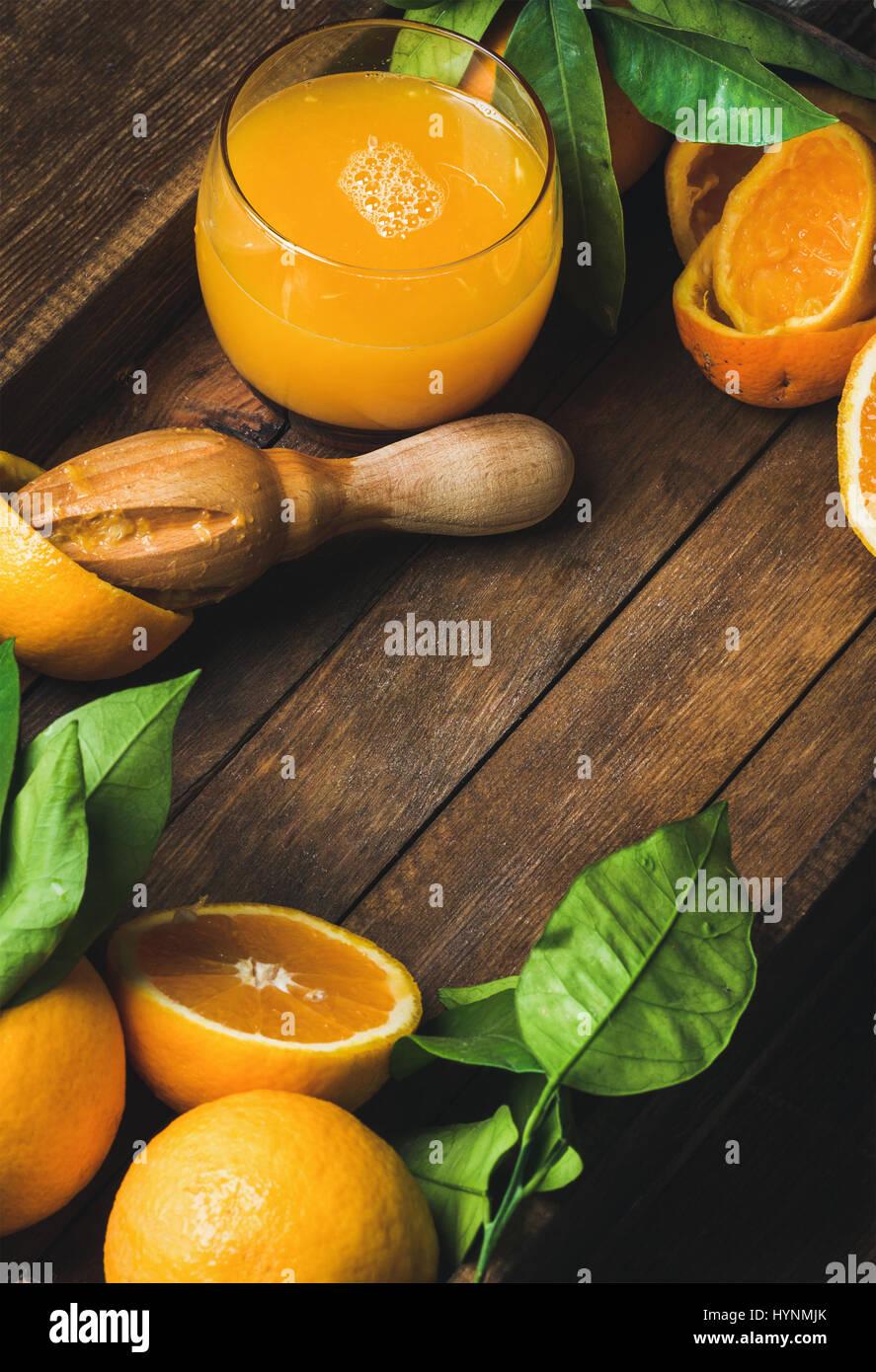 Glas frisch gepressten Saft und frischen Orangen Stockbild