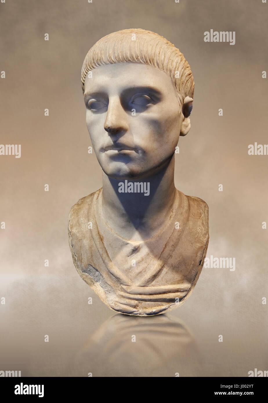Römische Büste eines jungen Mannes mit der Frisur von der Herrschaft von Trajan 98-117 n. Chr.. Römische Stockbild