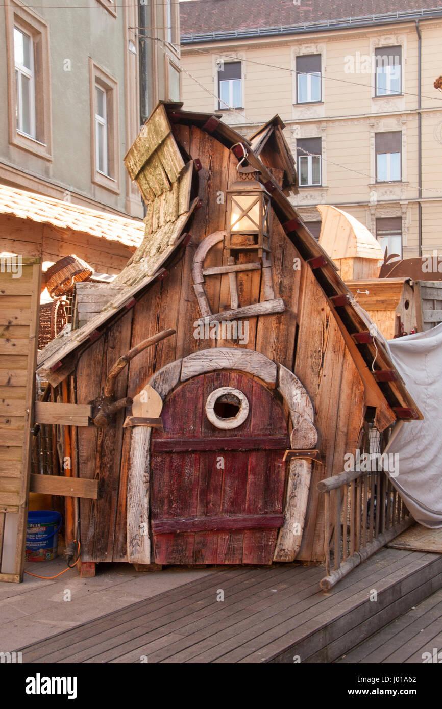 Erstaunliche Holzhaus aus Märchen. Schöne Dekoration im Rahmen der ...