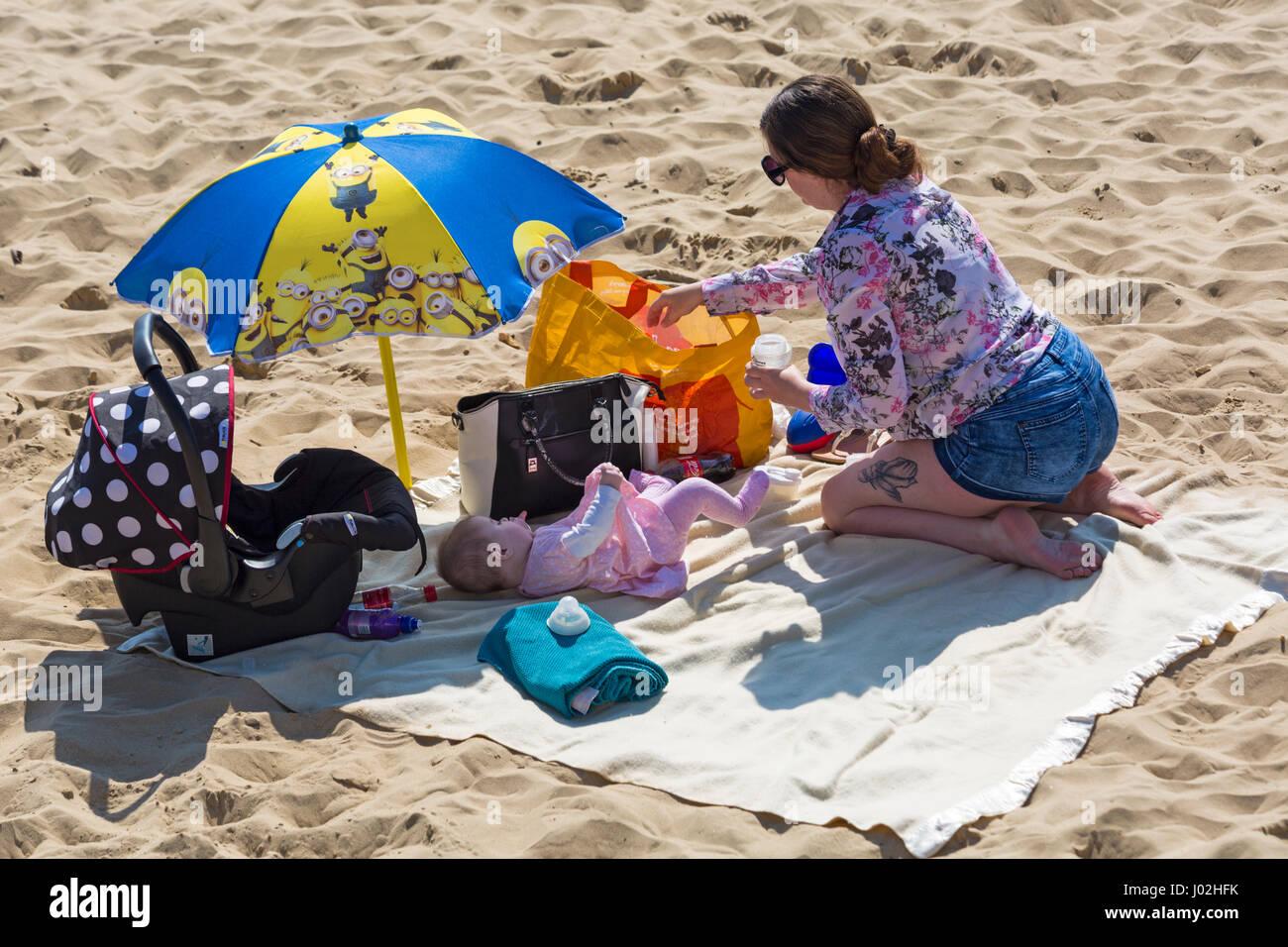 Bournemouth, Dorset, UK. 9. April 2017. UK-Wetter: schönen warmen, sonnigen Tag als Besucher gehen ans Meer Stockbild