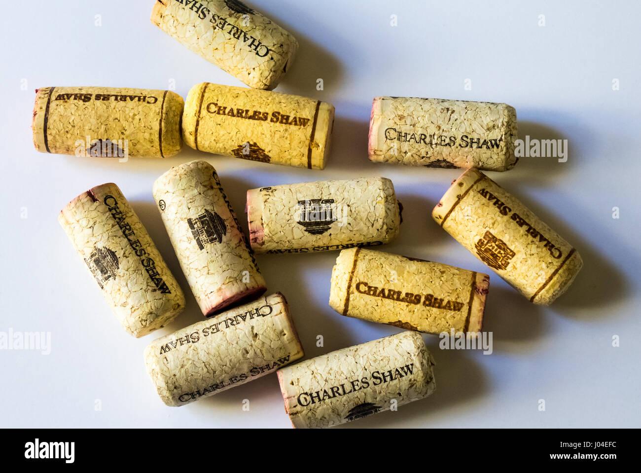 Korken aus Flaschen von drei Trader Joe Buck chuck Wein Stockbild