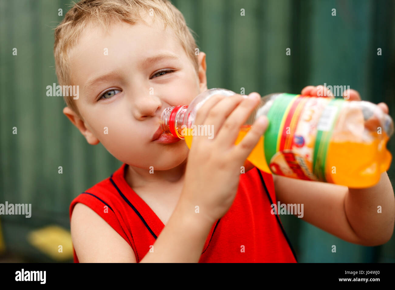Kind trinken ungesund süß in Flaschen soda Stockbild