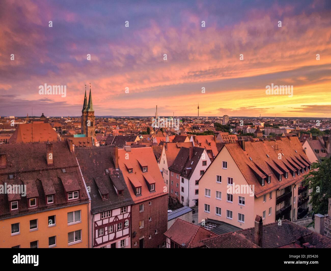 Panoramablick auf die Altstadt von Nürnberg beleuchtet in schönen goldenen Abendlicht mit dramatische Stockbild