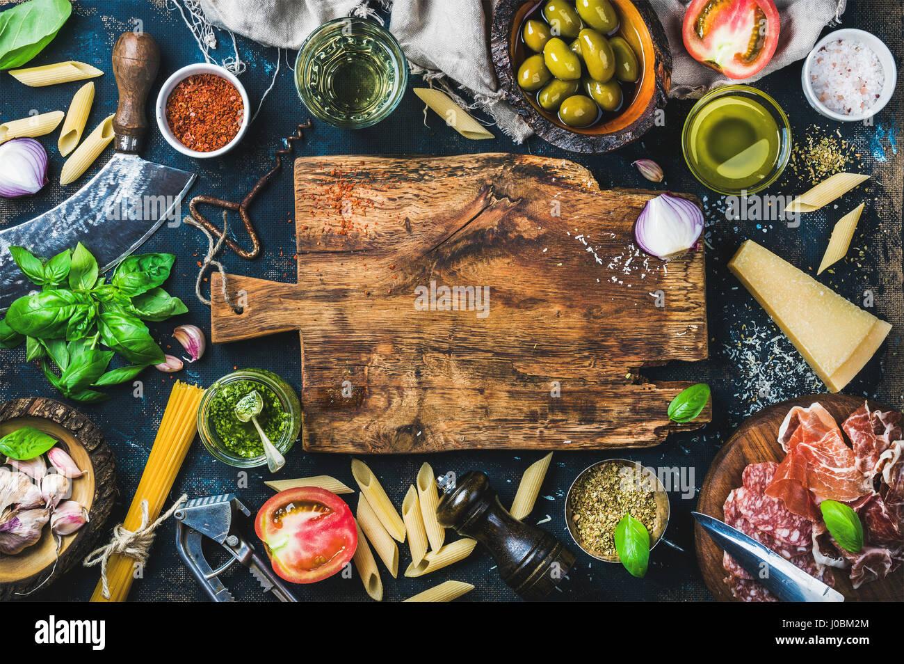 Italienische Küche kochen Zutaten auf dunklem Hintergrund Stockbild