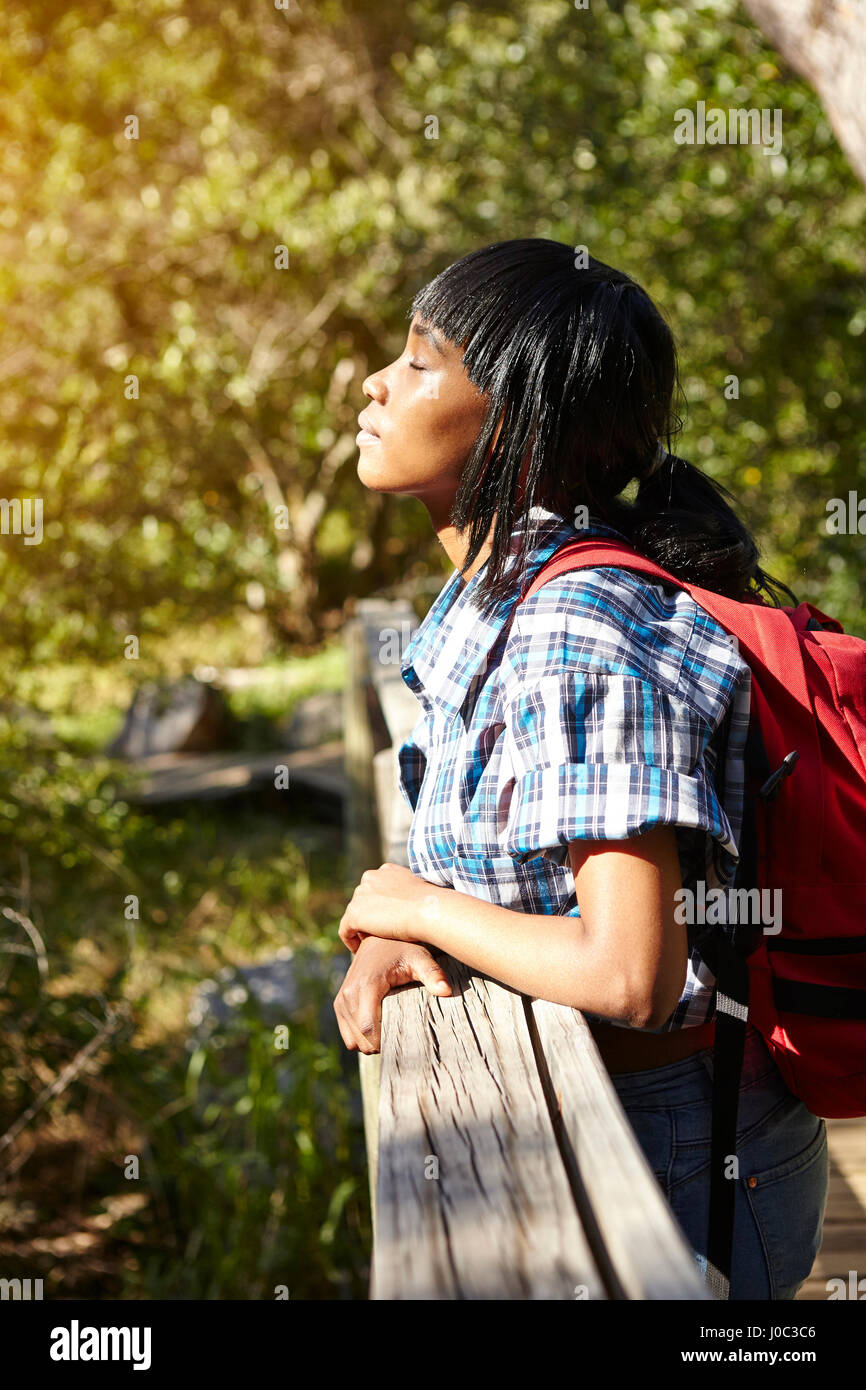 Junge Frau, Wandern, auf der Brücke stehen, die Augen geschlossen, Cape Town, Südafrika Stockbild