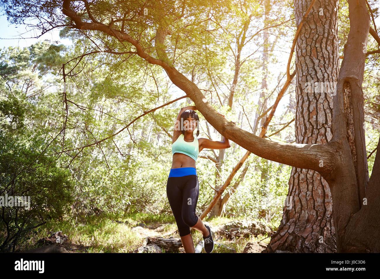 Porträt der jungen Frau mit Sportkleidung, in ländlicher Umgebung Stockbild