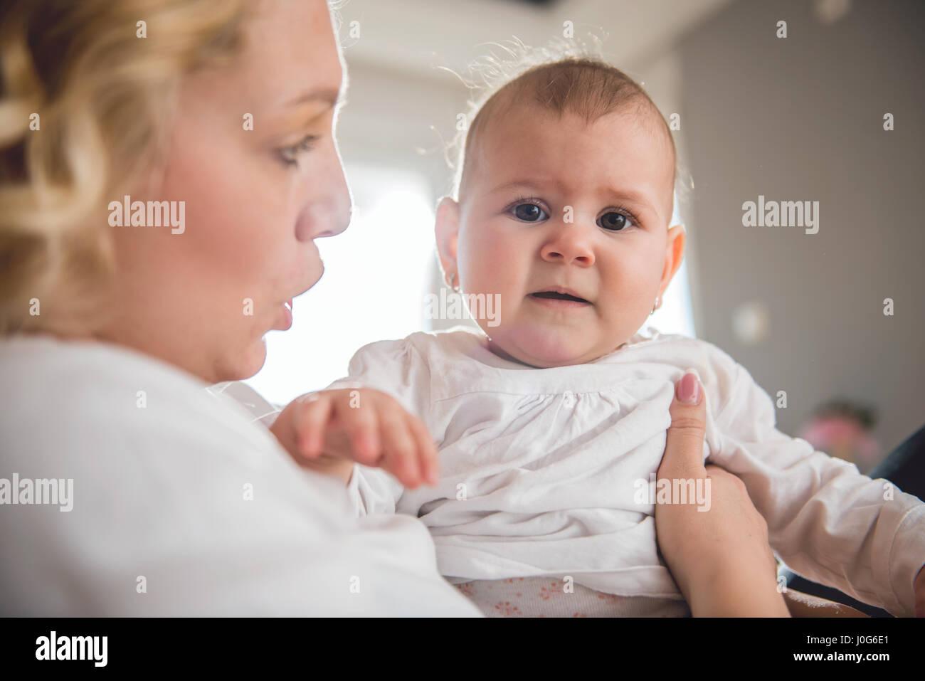 Mutter hält ihr schreiendes baby Stockbild