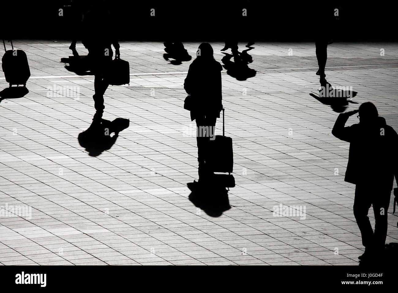Silouette einer Frau, die zum Flughafen mit ihrem Gepäck angekommen Stockbild