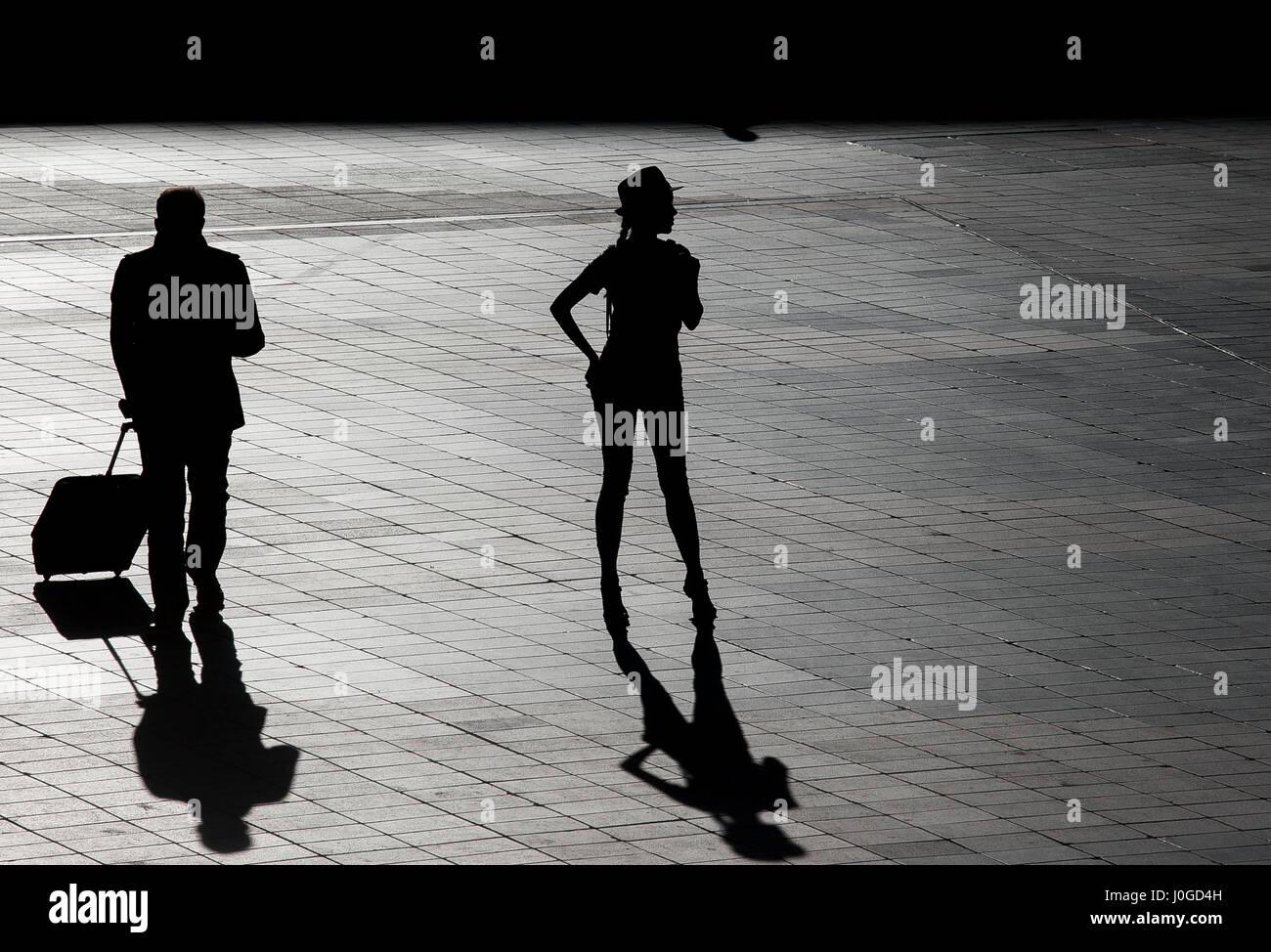Silhouette einer schönen Frau drauen Flughafen Stockbild