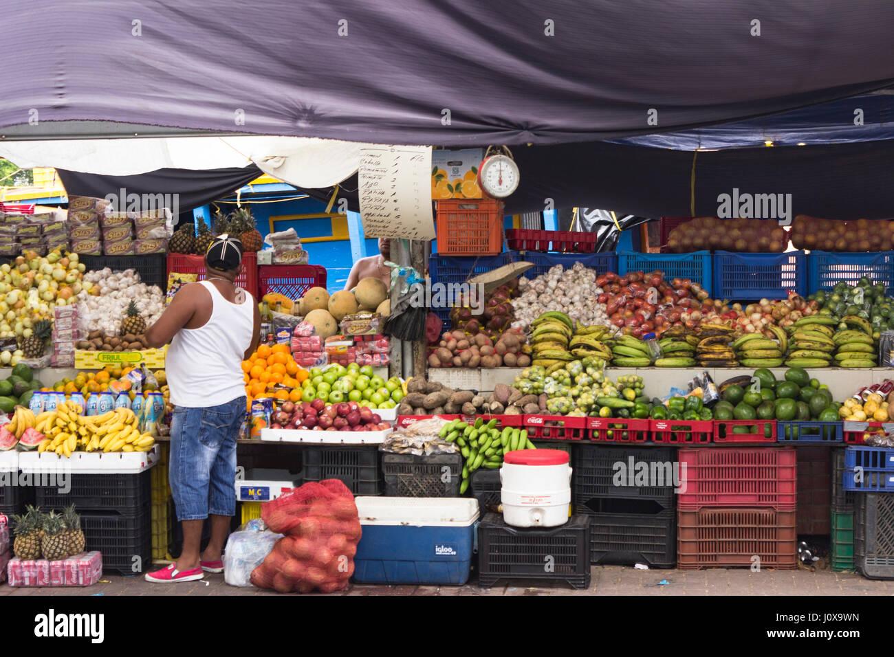 Ein Kreditor mans seinem produzieren Stall auf dem schwimmenden Markt, Willemstad, Curacao - 27.11.2015 Stockbild