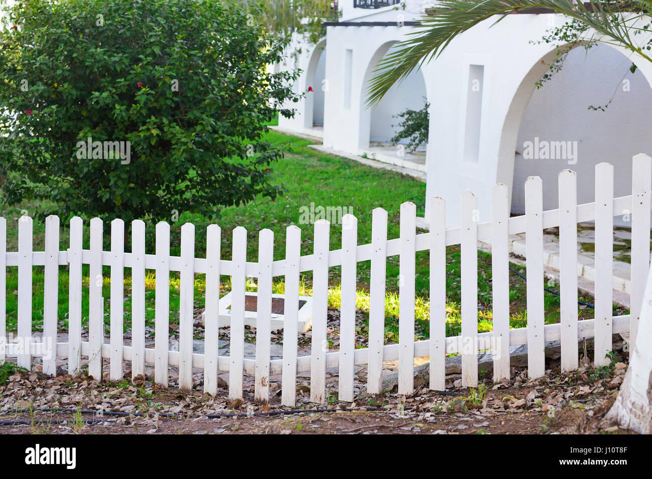 weißer zaun und grasgrün stockfoto, bild: 138316655 - alamy