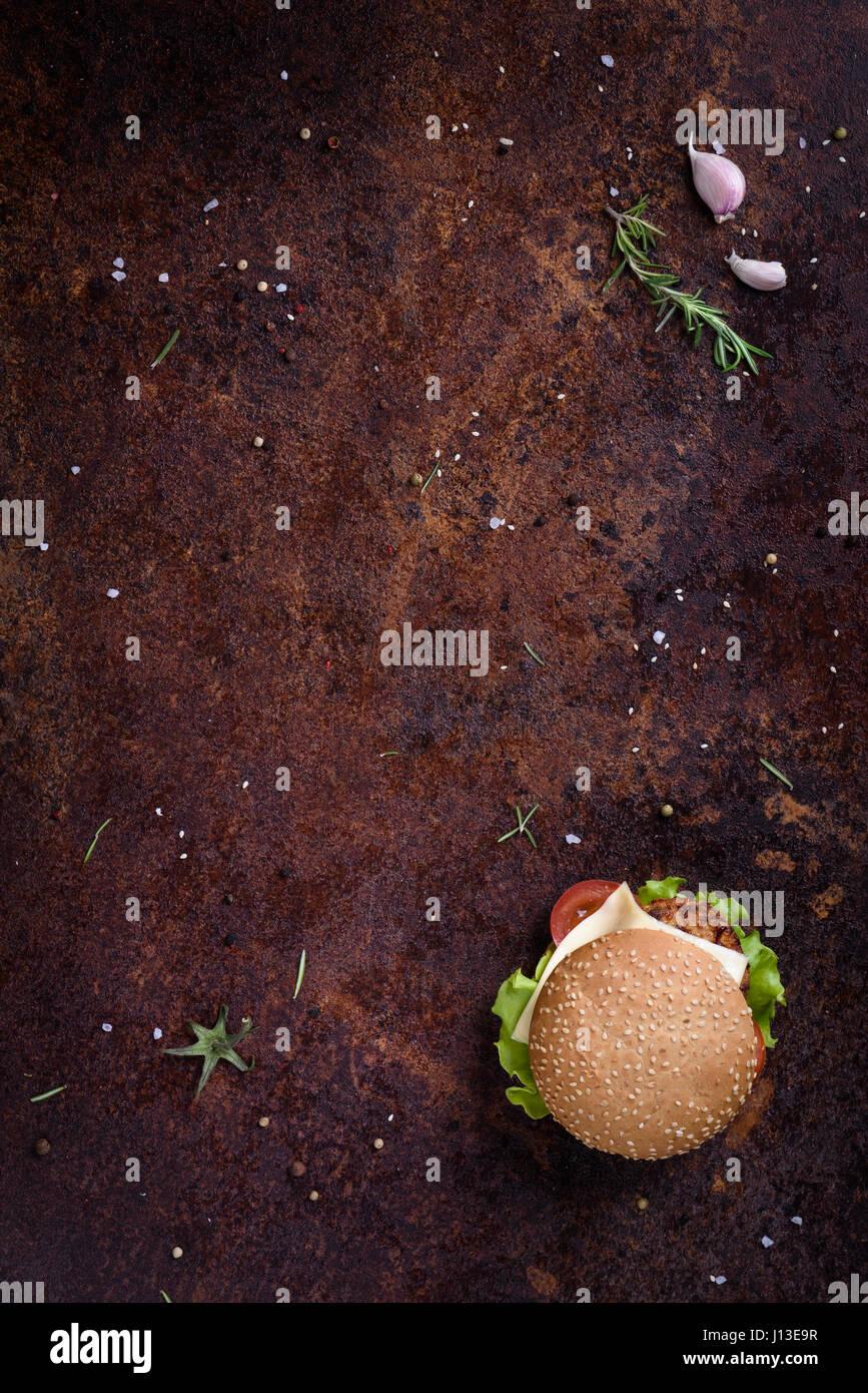 Beef-Burger in einem Sesam-Brötchen. Restaurant Menü-Frame, mock-up. Ansicht von oben, Raum zu kopieren. Stockbild