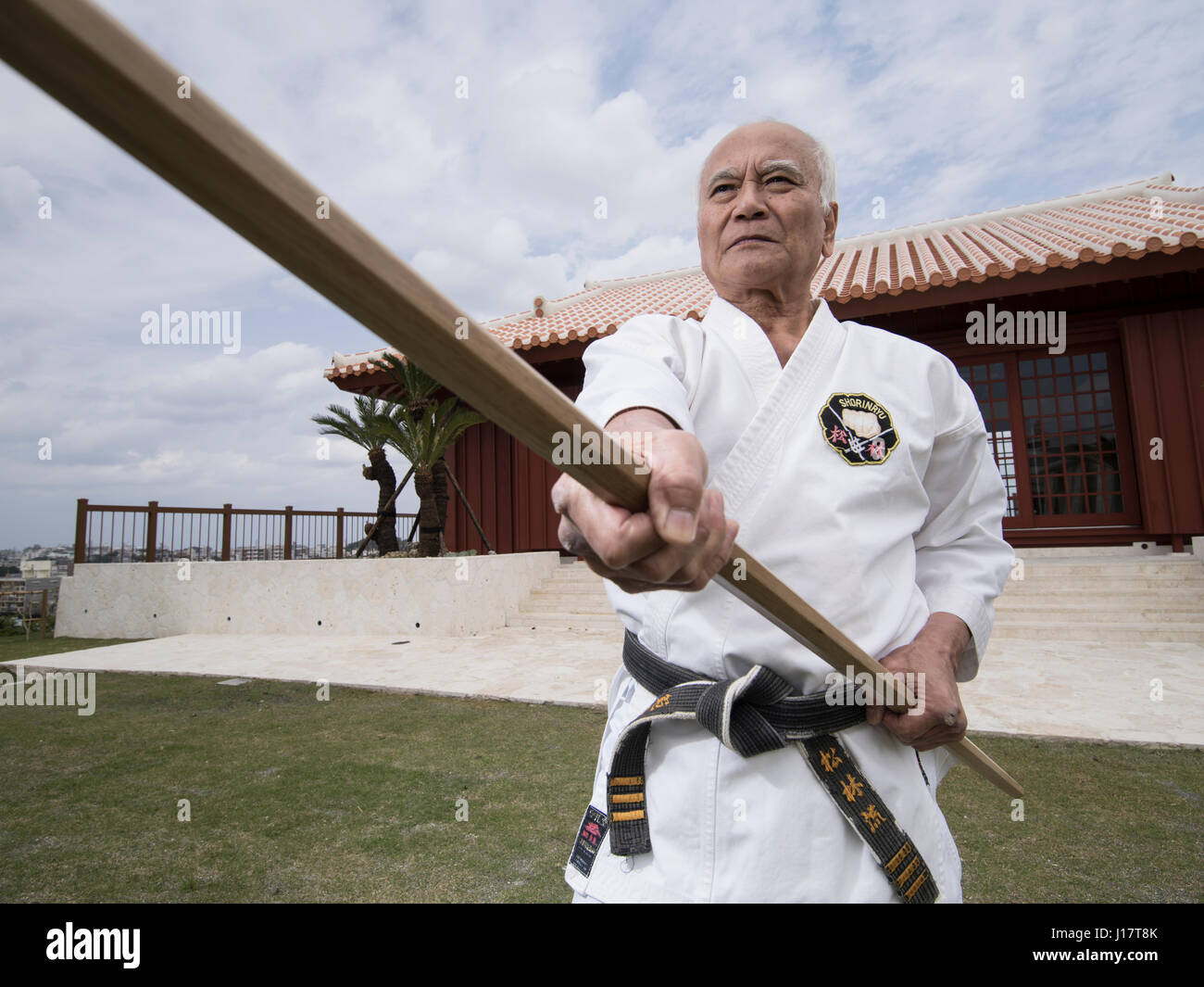 Karate Meister Arakaki Sensei bei den 100 Kobudo Kata Karate Kaikan, Okinawa, Japan Stockbild