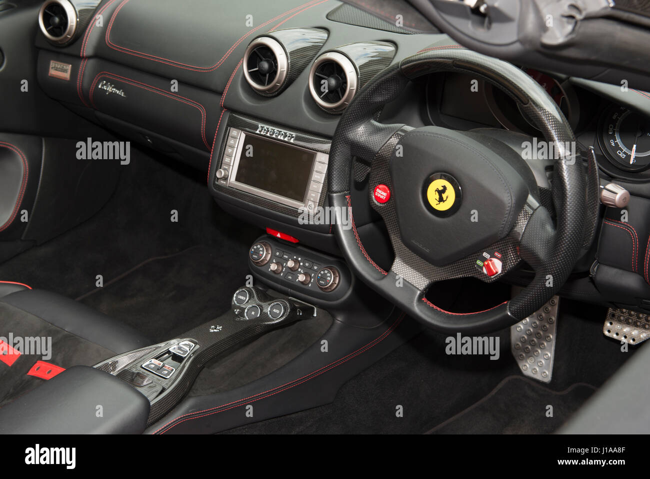 Innenansicht des italienischen Luxus-Sportwagen Ferrari California Stockbild