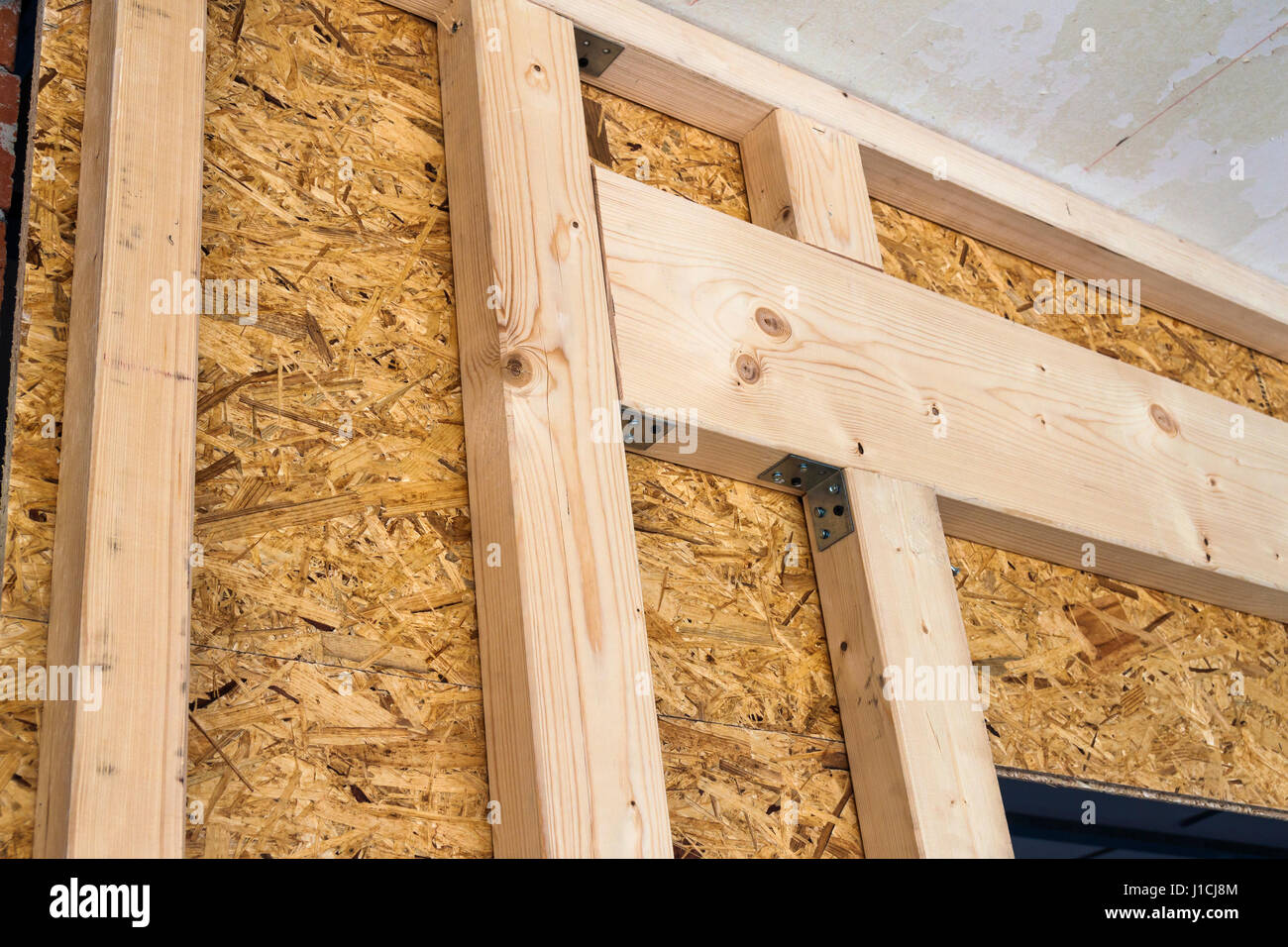 Bau von Holzrahmen Wände einer neuen Land-Haus-Website. Unfertige ...