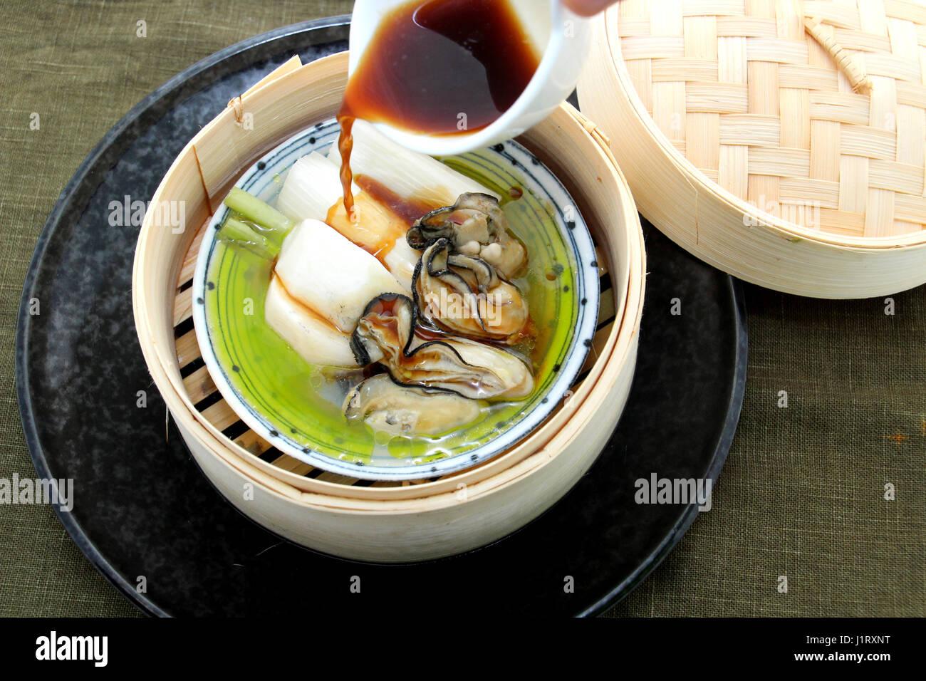 Austernsuppe mit Produkten und Radieschen in Bambus-Tablett Stockbild