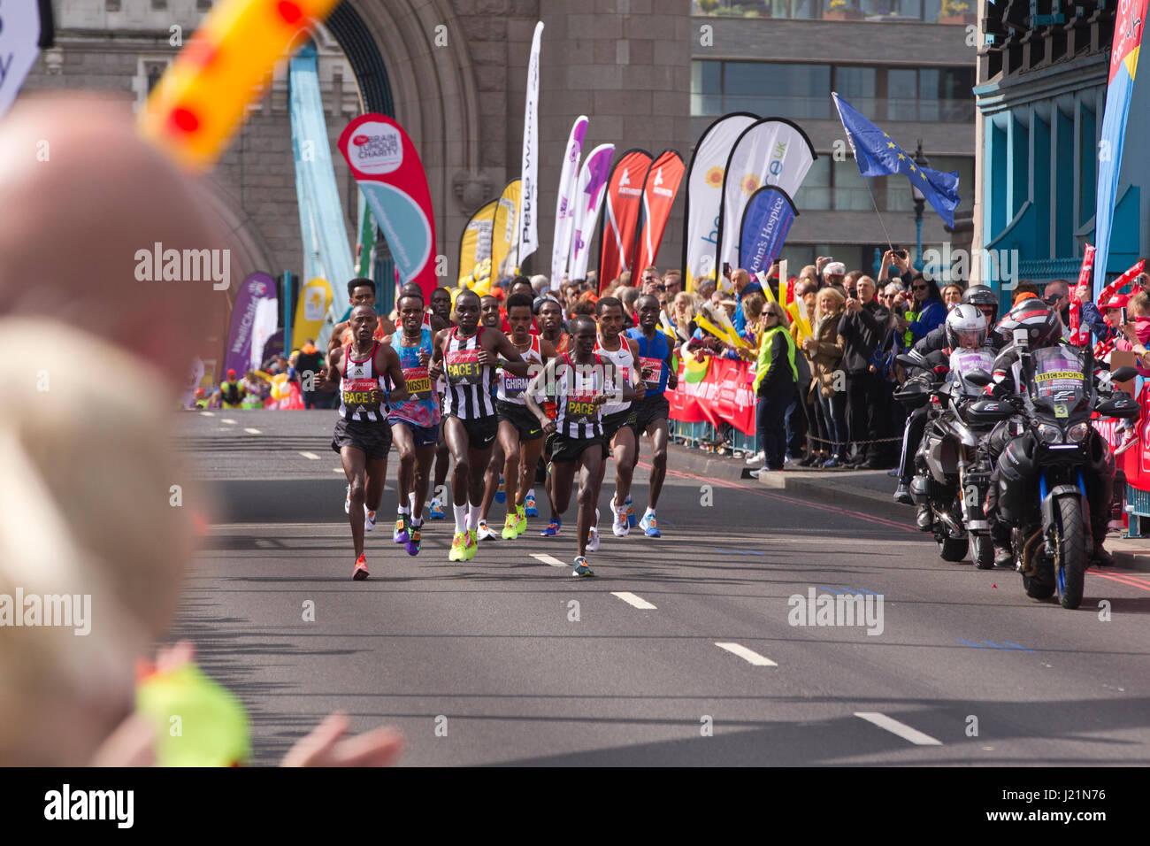 London, UK. 23. April 2017. LONDON-MARATHON 2017. Heute dauerte eine geschätzte 50.000 Läufer auf den Straßen der Stockfoto