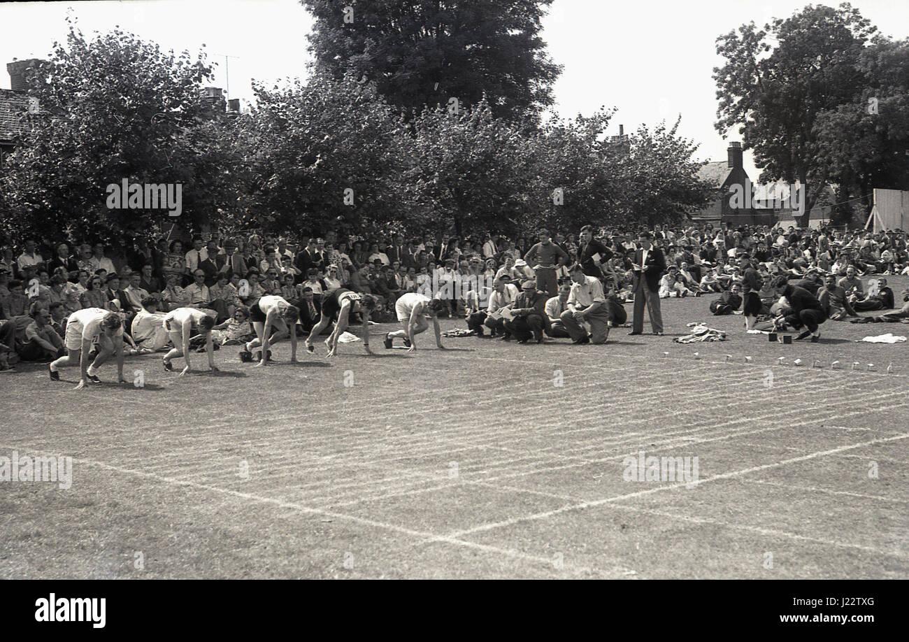 1950er-Jahren, historische, Sprinter kurz vor dem start eines Rennens an der Buckinghamshire Amateur Athletic Association Stockbild