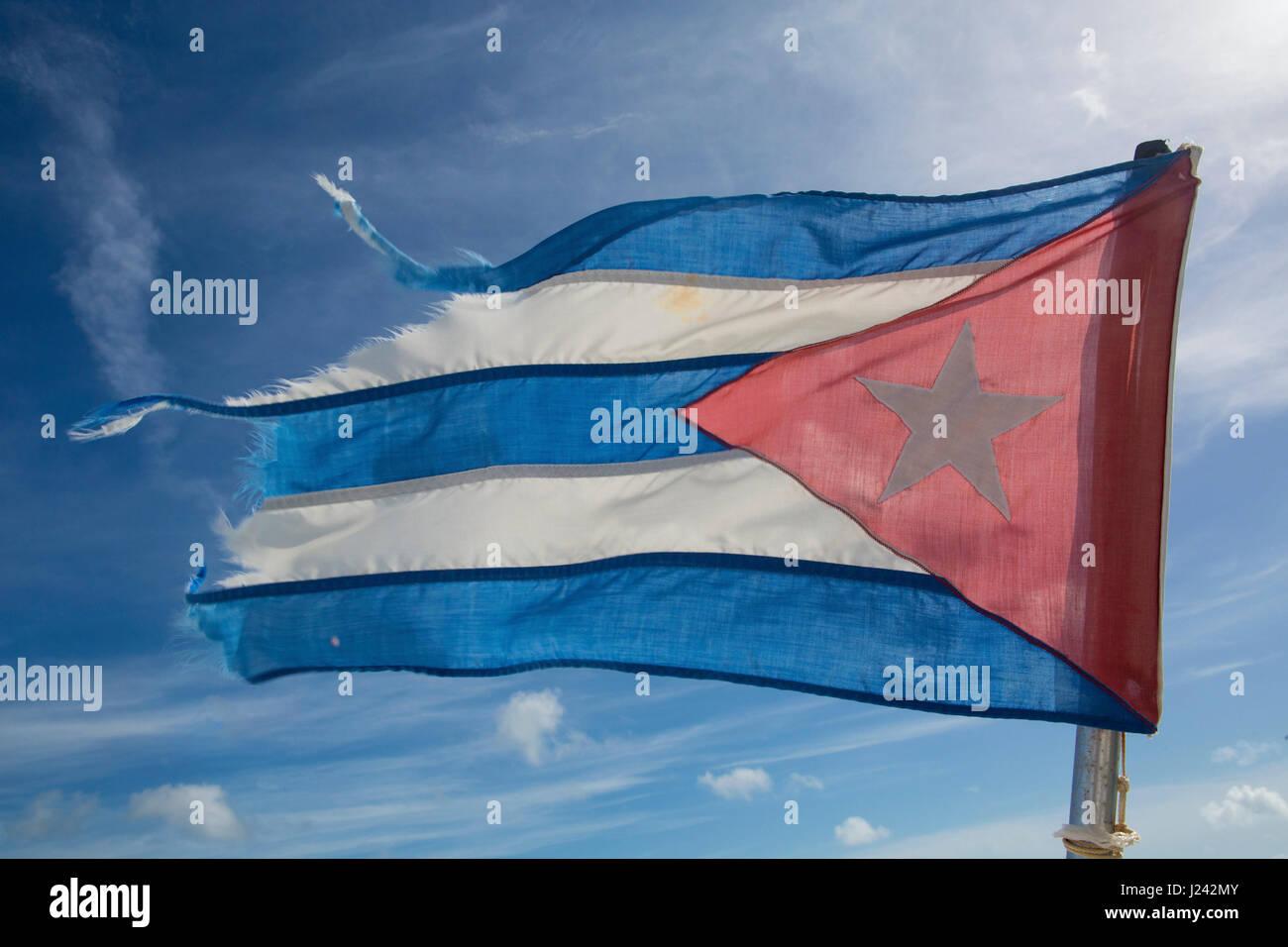 Die Flagge von Kuba, bestehend aus fünf Blitze und ein rotes gleichseitiges Dreieck mit einem weißen fünfzackigen Stockbild