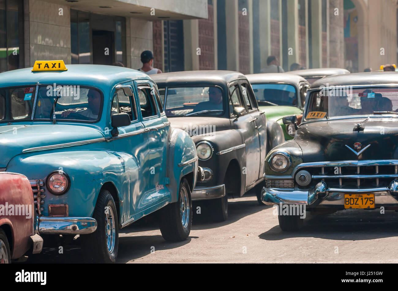 Havanna - Juni 2011: Amerikanische Oldtimer wie Anteil Taxis drängen sich die Straßen von Centro in eine Stockbild