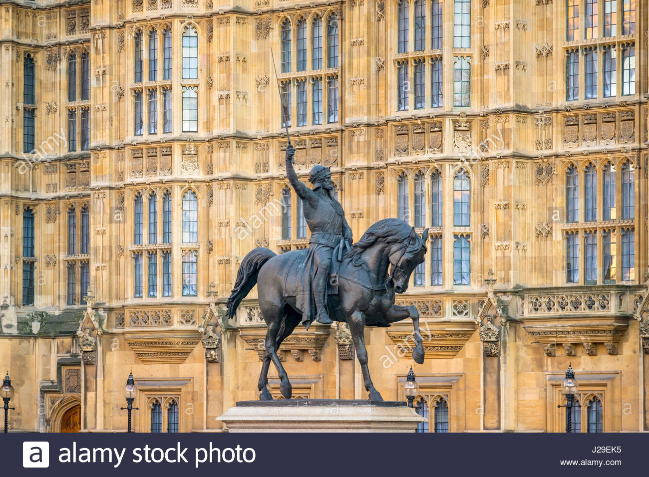 United Kingdom, England, London. Richard Coeur de Lion, Statue von Richard i. (Richard Löwenherz) im Old Palace Stockbild