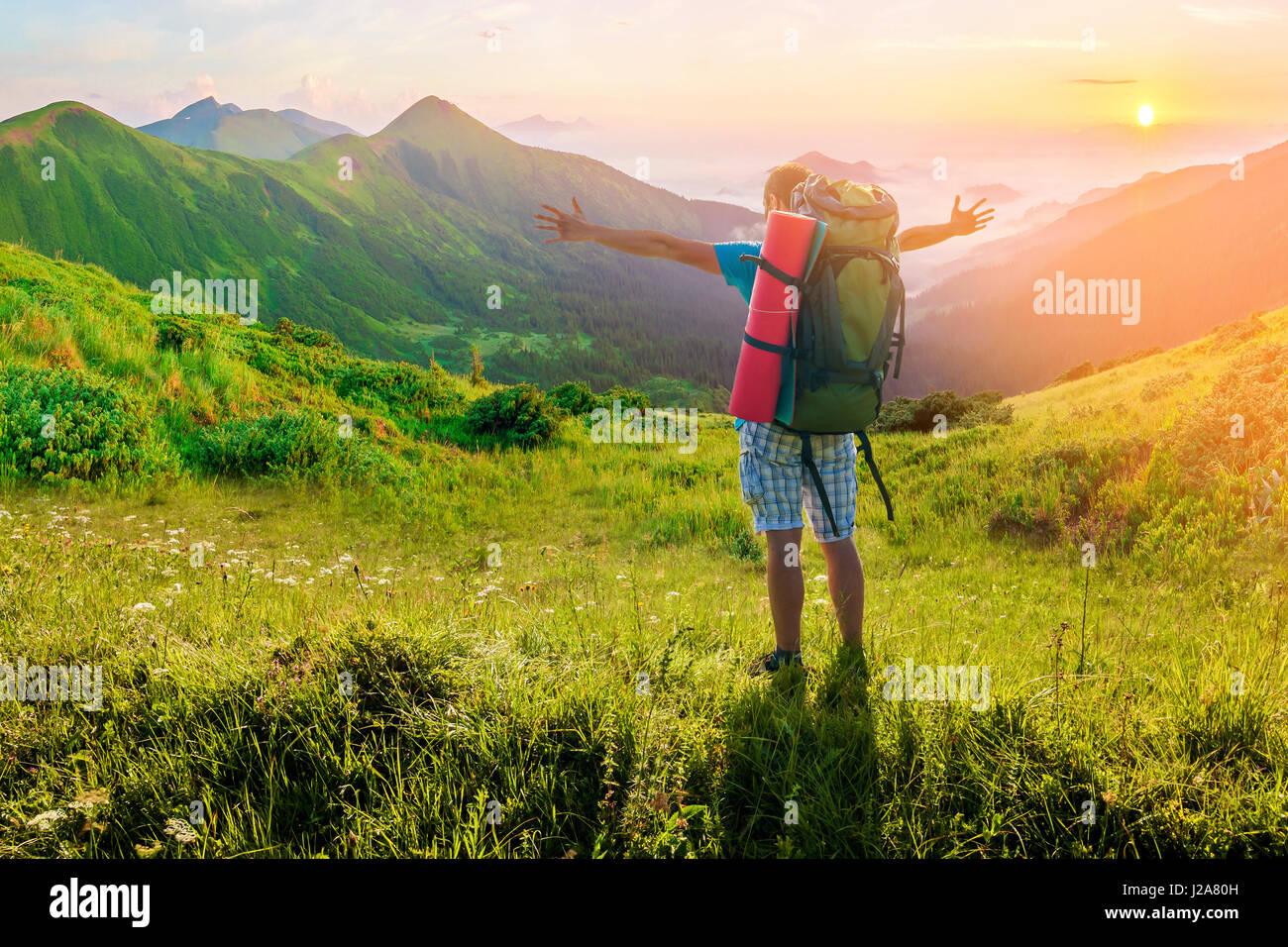 Wanderer mit Rucksack in Bergen. Beeindruckende Naturlandschaft. Weiche Lichteffekt Stockbild