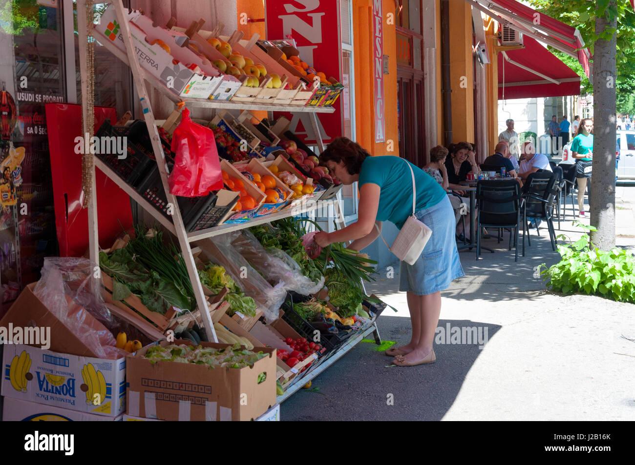 Mostar, Bosnien und Herzegowina, Straßenszene mit Obst-Gemüse-Shop und Café. Das tägliche Leben. Stockbild