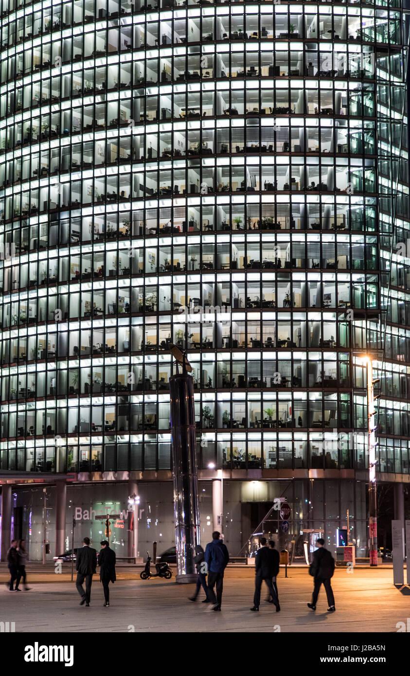 Berlin, Deutschland, Hauptsitz der Deutschen Bahn AG, Deutschland-Eisenbahn-Gesellschaft, in der Nacht, Hochhaus Stockbild