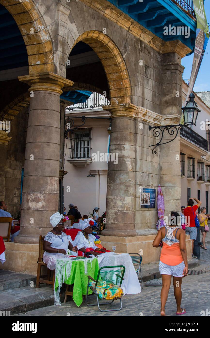 Kuba. Havanna. Alt-Havanna. Frauen in traditioneller Kleidung, Plaza De La Catedral. Stockbild