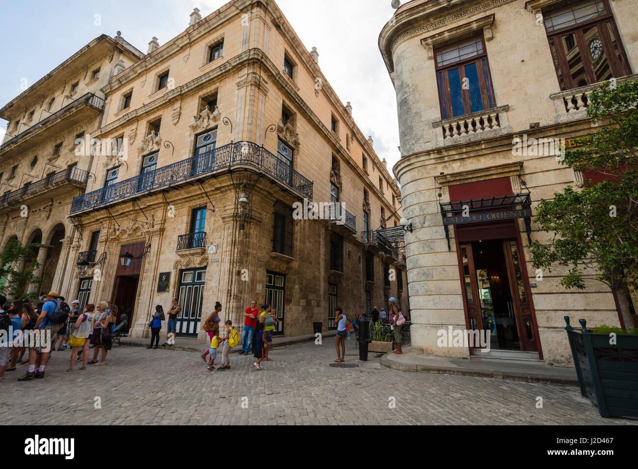 Kuba. Havanna. Alt-Havanna. Touristen und einheimische mischen auf dem Kopfsteinpflaster. Stockbild